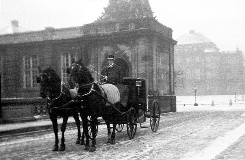 Coupé og tospand i snevejr på Christiansborg