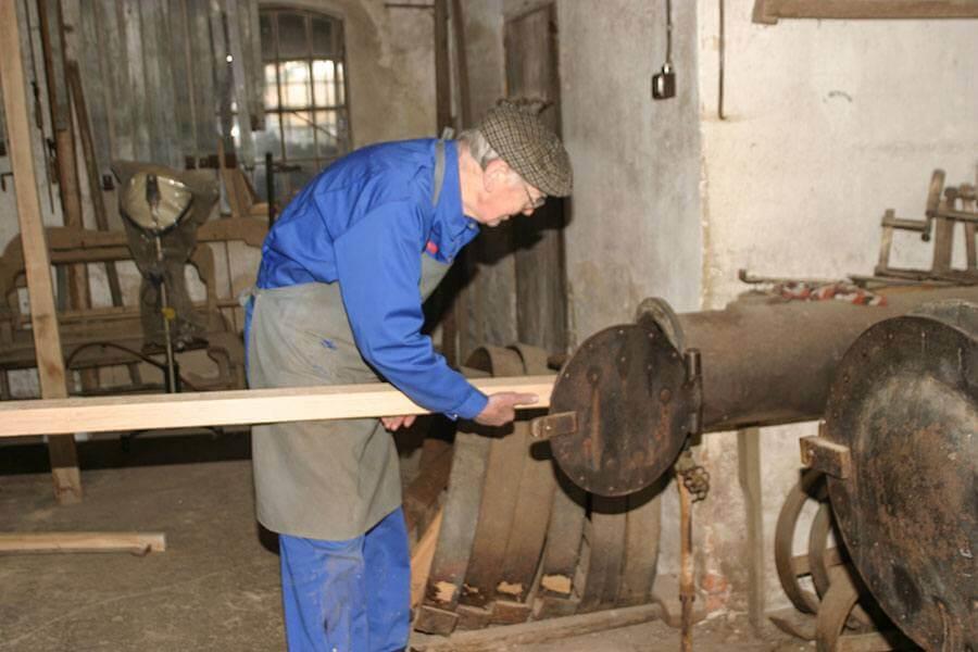 Vagn Drengsgaard dampbøjer en vognstang