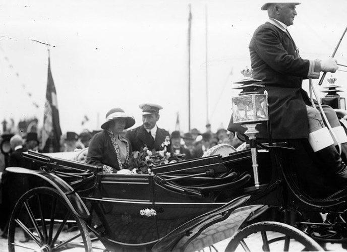 Kongeparret i bryllupslandaueren 1924