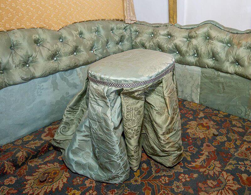 Sæde og gulvtæppe i kotillonvognen
