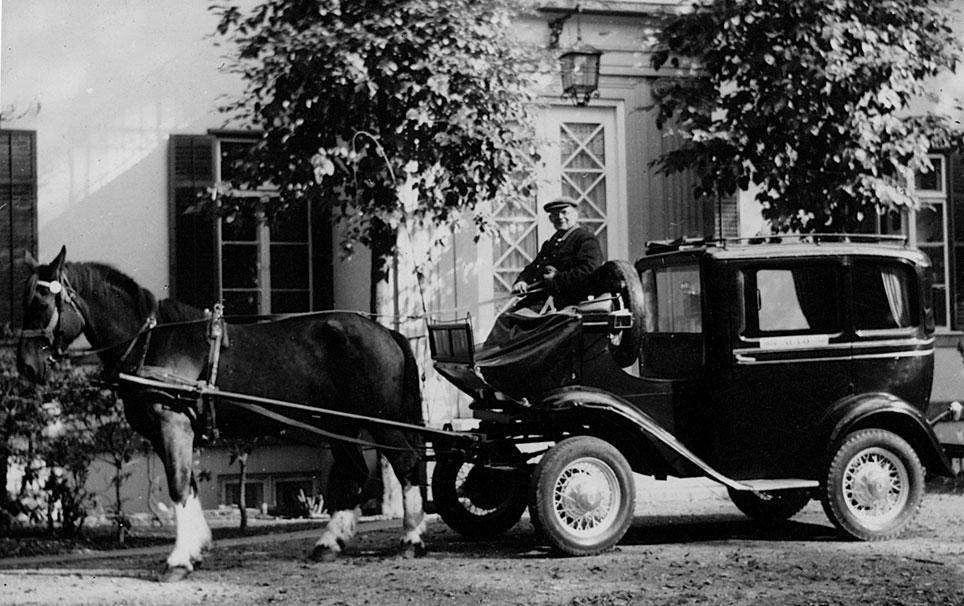 Også taxavognmænd sadlede om til hestetrukne biler under anden verdenskrig.