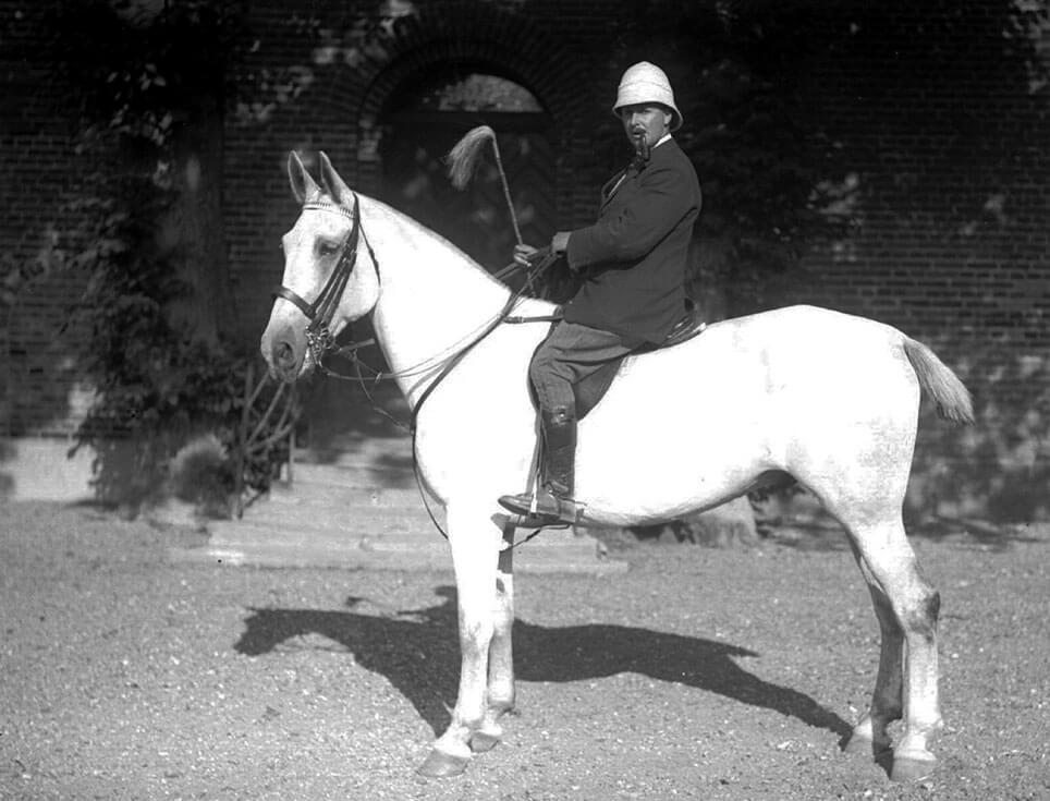 Knud Danneskjold-Samsøe på den hvide hest.