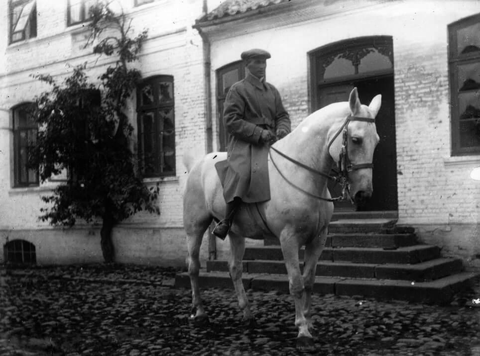 Visborggaards staldmester, Henrik Nielsen på den hvide hest Malgré Tout foran Dalhavegaard.