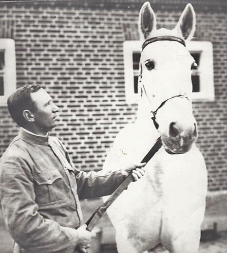 Staldmester Henrik Nielsen fra Visborggaard med den hvide hest, 1920.
