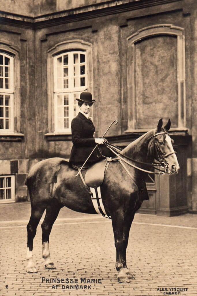 Prinsesse Marie var en habil rytter i damesadel. Postkort i Per Sørensens samling.