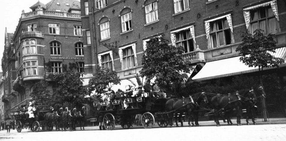 To hestevogne holder klar til turistkørsel i København 1912.